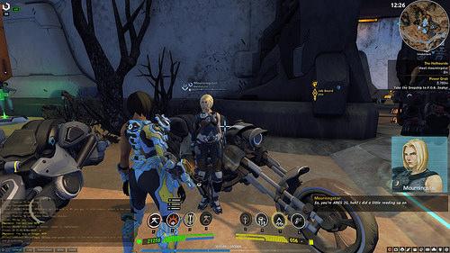 Esempio di dialogo con NPC durante una missione. Il personaggio muove le labbra nel parlare mentre sulla destra é visibile il dialogo scritto e il profilo olografico delpersonaggio con cui sto interagendo, trasmessomi dal SIN